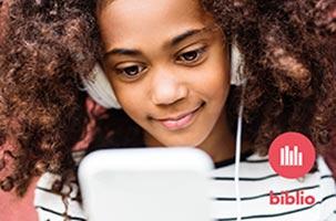 Flicka läser e-bok på mobil