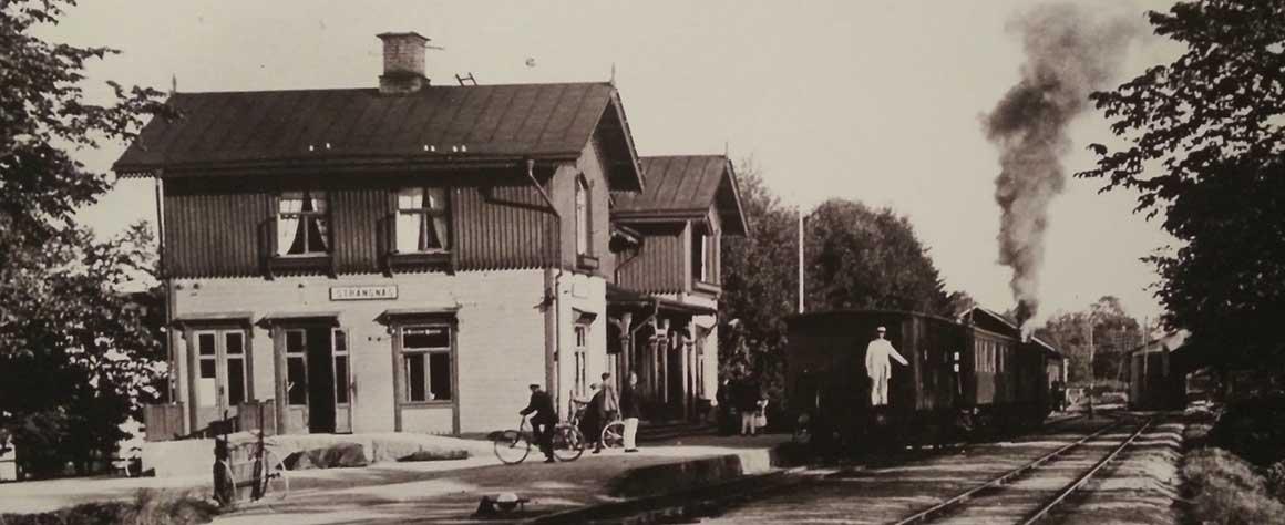 Svartvitt fotografi på Strängnäs gamla station på Järnvägsgatan